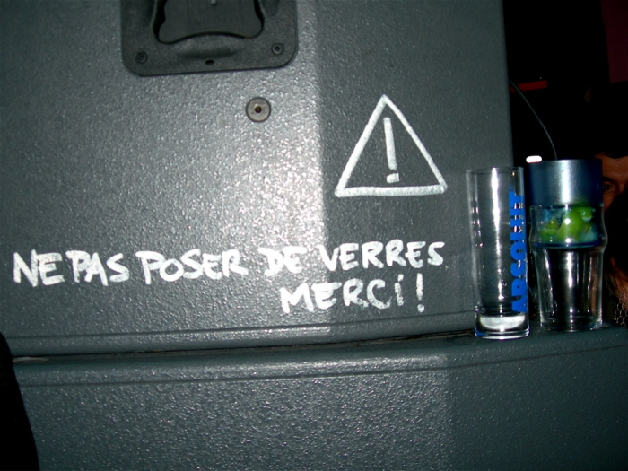 ne pas poser de verres, merci ! / please don't put any drink here, thanks !