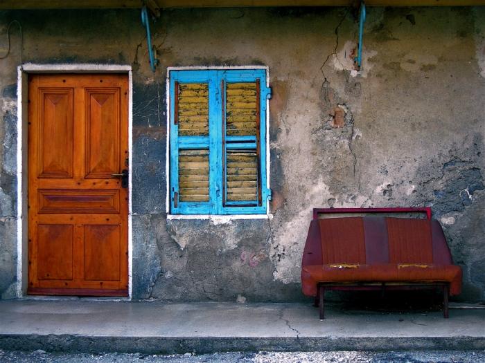 porte, fenêtre, canapé / door, window, couch