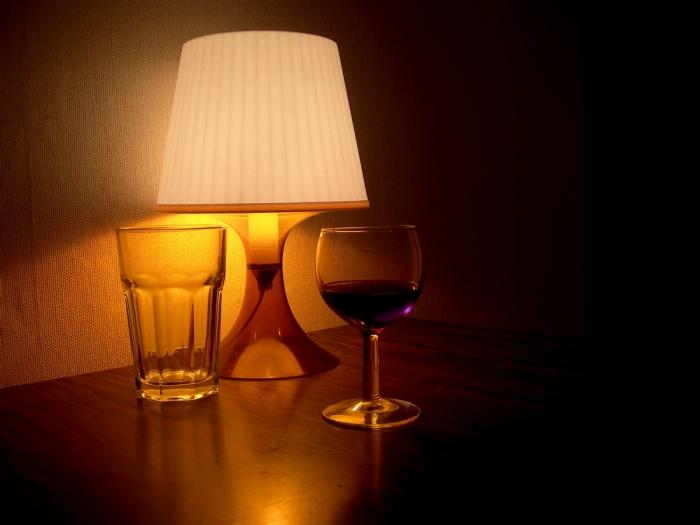 verres, lampe et vin rouge