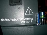 ne pas poser de verres, merci ! / please don't put any drink here, thanks !1 commentaire.