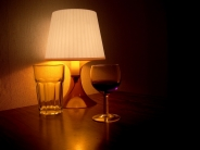 verres, lampe et vin rouge&#13;3 commentaires.